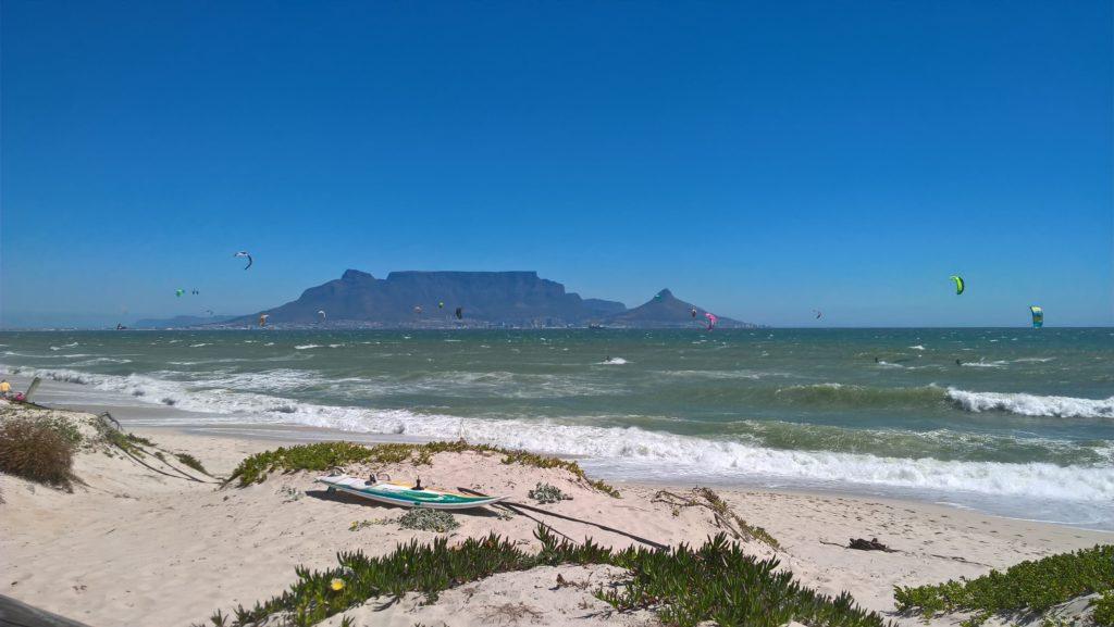 Surfen am Blouberg Beach mit Blick auf den Tafelberg in Südafrika