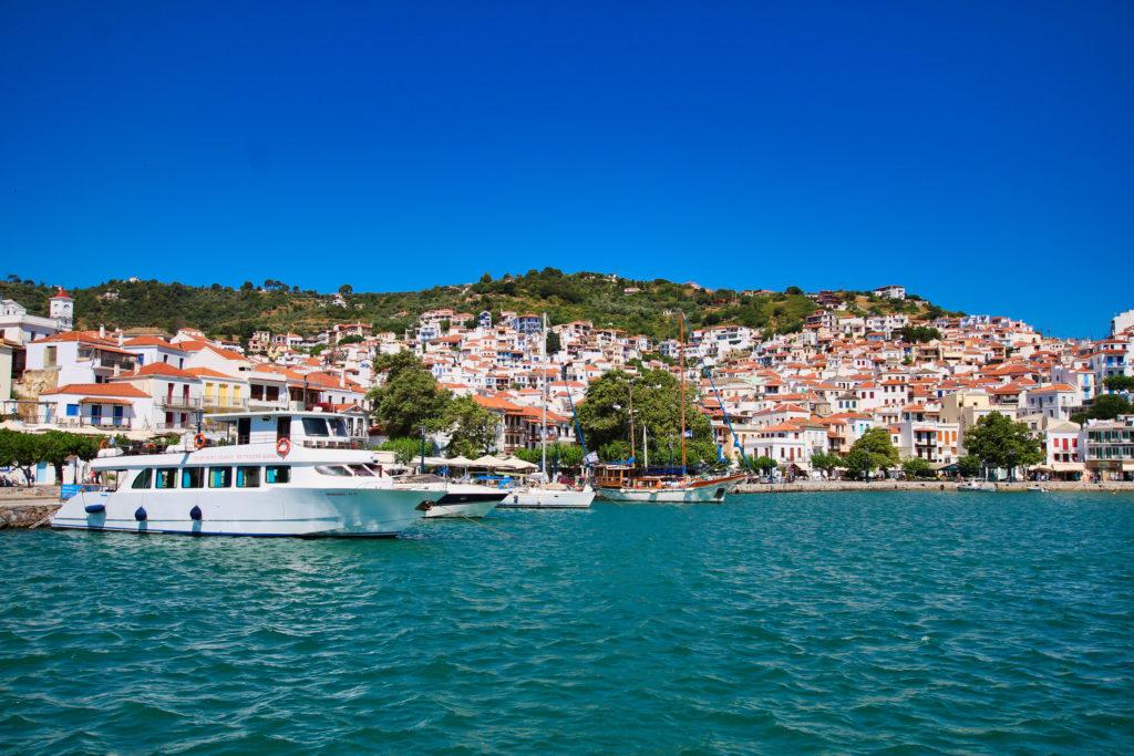 Blick vom Hafen auf Skopelos Stadt mit seinen weißen Häusern.