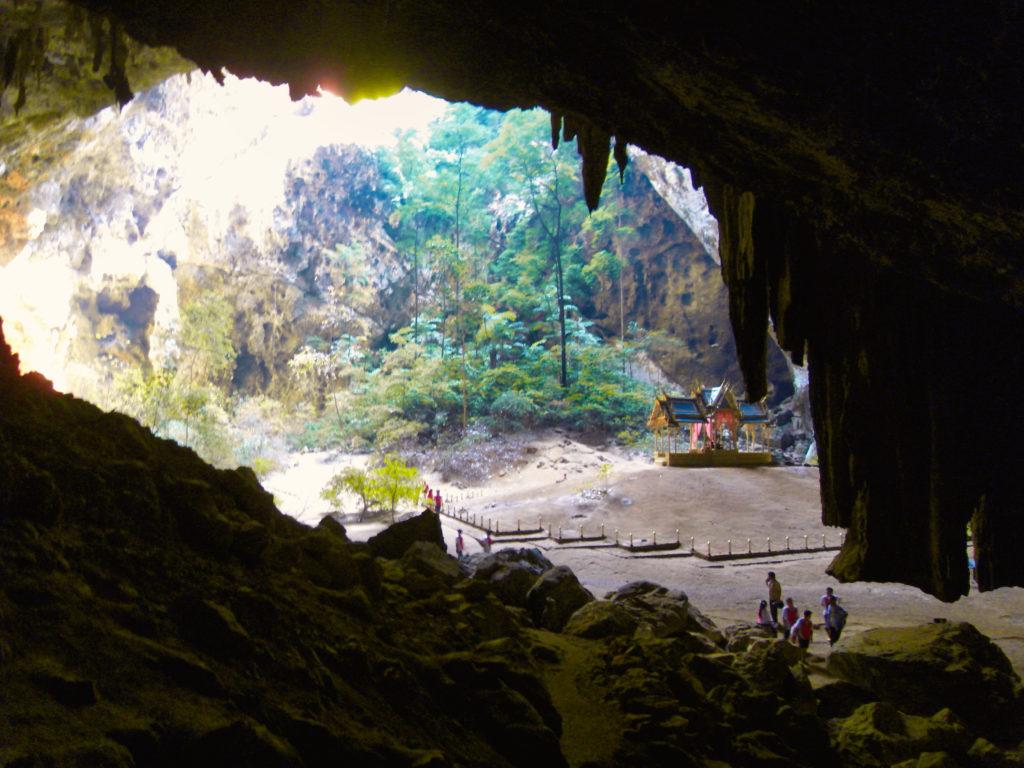 Blick von oben in die  Cave